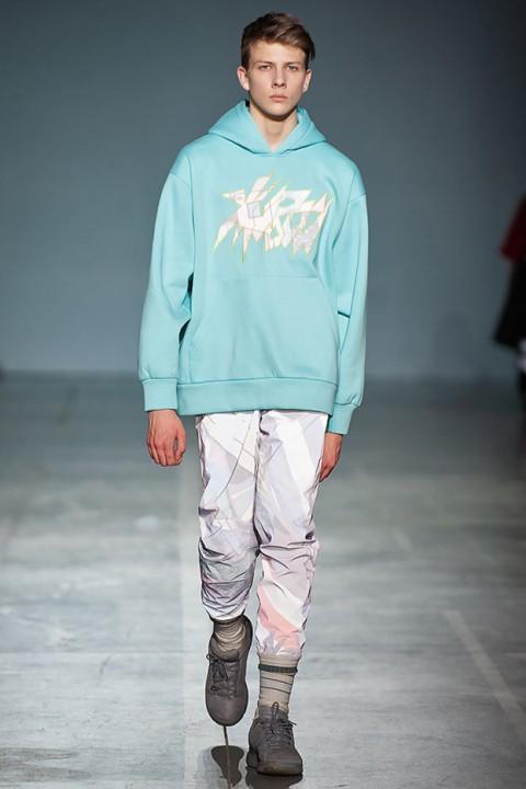 Образы коллекции «Живой» выполнены в стиле 90-х  широкие спортивные штаны 8160ae63e342c